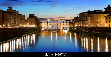 Da Ponte Vecchio e dal fiume Arno a Firenze, Italia Foto Stock