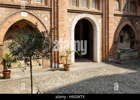 """L'entrata in """"Cortile di Pilato"""", la """"Chiesa della Trinità"""", all'interno della Basilica di Santo Stefano"""", Bologna. Foto Stock"""