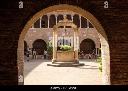 """La Fontana di Pilato entro il chiostro medievale della Basilica di Santo Stefano"""", Bologna. Foto Stock"""