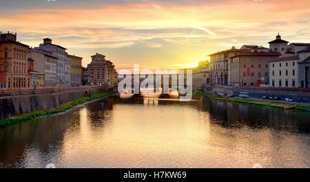 Il Ponte Vecchio sull'Arno a Firenze all'alba, Italia Foto Stock