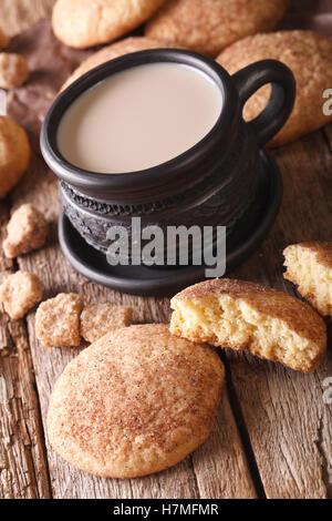American cookies Snickerdoodle e latte vicino sul tavolo. verticale, stile rustico Foto Stock