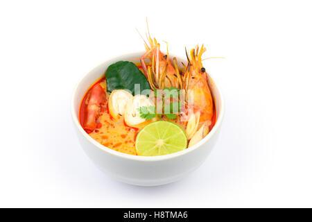 Tom Yum o zuppa di gamberi di fiume piccante minestra acida (Tom Yum Goong) isolato su sfondo bianco, Tailandese Foto Stock