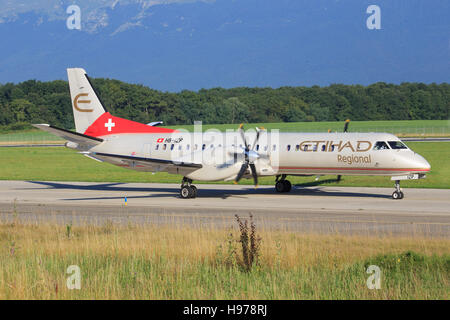 Genf/Svizzera Agosto 5, 2015: DASH da Ethiad regiional a Genf Aeroporto. Foto Stock