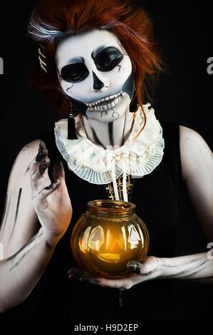 Bella donna con il make-up dello scheletro cranio in helloween Foto Stock