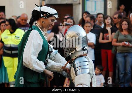 Lady e cavaliere medievale durante la rievocazione a Bracciano, Italia Foto Stock