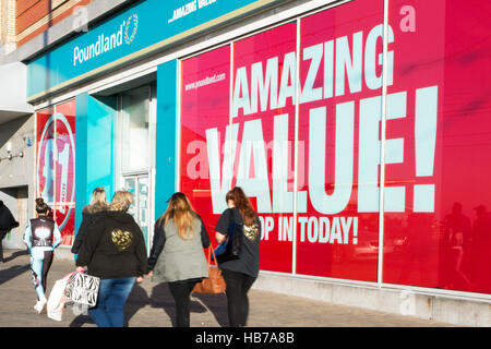 Il Golden Mile, Blackpool seaside resort, i negozi e gli amanti dello shopping nel resort, Lancashire, Regno Unito Foto Stock