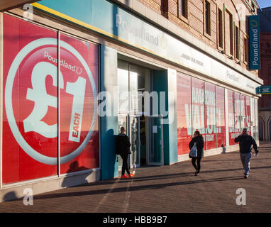 Poundland sul Golden Mile, Blackpool seaside resort, i negozi e gli amanti dello shopping nel resort, Lancashire, Foto Stock