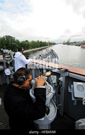 110628-N-OM642-040 ST. Pietroburgo, Russia (28 giugno 2011) i marinai a bordo guidato-missile fregata USS Carr (FFG Foto Stock
