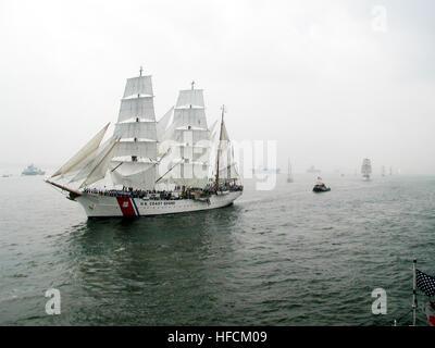 000704-N-2383B-515 del PORTO DI NEW YORK, NY (Luglio 4, 2000) -- STATI UNITI Coast Guard Academy Formazione barque Foto Stock