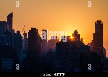 New York New York City NYC Queens Long Island City vista sullo skyline di Manhattan edifici raggi solari del tramonto Foto Stock