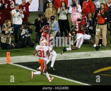 Tampa, STATI UNITI D'AMERICA. Il 9 gennaio, 2017. Alabama Crimson Tide running back Bo Scarbrough (9) fa avanzare Foto Stock