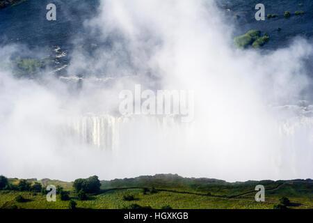 La nebbia avvolge il Fiume Zambezi dove cascades nella prima gola a Victoria Falls. Foto Stock