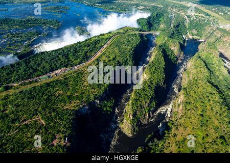Una veduta aerea di Victoria Falls e avvolgimento di una gola scavata in una piana dal fiume Zambesi. Foto Stock