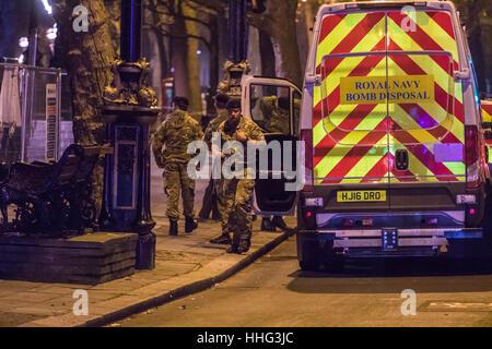 Londra, Regno Unito. Xix gen, 2017. L'eliminazione della bomba da esperti della Royal Navy di arrivare a Victoria Foto Stock