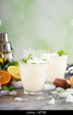Estivo rinfrescante cocktail con ghiaccio tritato Foto Stock