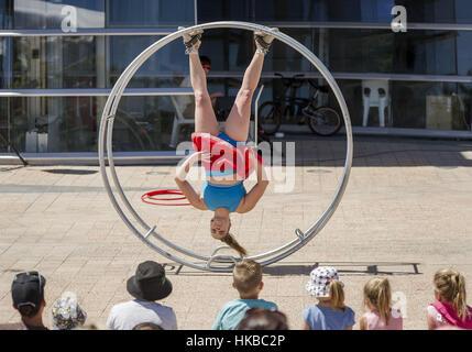 Christchurch, Nuova Zelanda. 28 gen, 2017. Street performer Hannah Cryle di Melbourne, Australia, esegue la sua Foto Stock