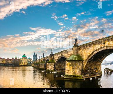 La Moldavia, il Ponte di Carlo, la Torre del Ponte della Città Vecchia, sunrise, centro storico, Praga, Boemia, Foto Stock