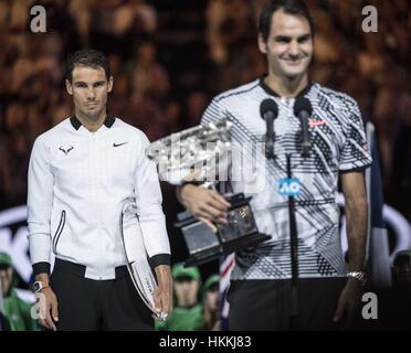 Melbourne, Australia. 29 gen, 2017. Rafael Nadal (L) della Spagna reagisce durante la cerimonia di premiazione per Foto Stock