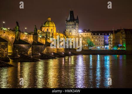 La Moldavia, il Ponte di Carlo, la Torre del Ponte, San Francesco di Assisi Chiesa, scena notturna, il centro storico Foto Stock