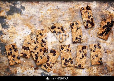 Sesamo biscotti frollini con mirtilli rossi su sfondo vintage Foto Stock