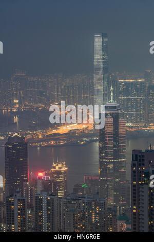 Vista su Hong Kong dal Victoria Peak, ICC e lo skyline del distretto centrale si trova al di sotto del picco a notte, Foto Stock