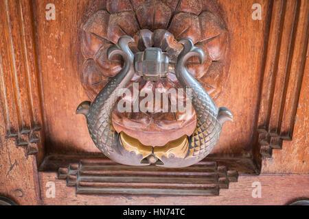 Close-up di ornati di pesce vecchio manopola dello sportello della porta di ingresso di Arts College Osmania Univsersity Foto Stock