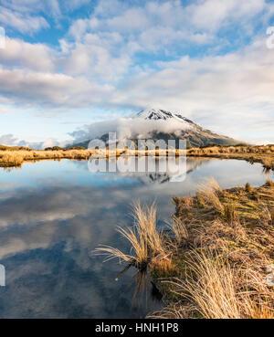 La riflessione in Pouakai Tarn, uno stratovulcano Mount Taranaki o Mount Egmont, Egmont National Park, Taranaki, Foto Stock
