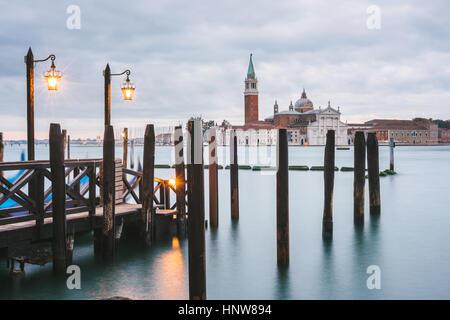 Pier in Grand Canal San Giorgio Maggiore isola in background, Venezia, Italia Foto Stock