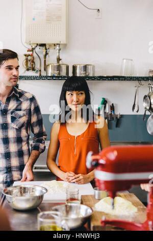 Gli studenti di pasta making class Foto Stock