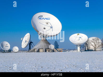 Una parabola satellitare, Raisting di stazioni terrestri per collegamenti via satellite in inverno, la stazione Foto Stock