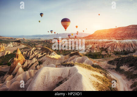 Colorate mongolfiere sorvolano Red Valley in Cappadocia, Foto Stock