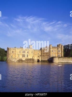 Vista del Castello di Leeds attraverso fossato, Broomfield, Kent, England, Regno Unito Foto Stock