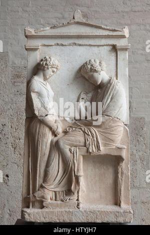 Tomba di sfiato Mnesarete. Stele funeraria da Attica da circa 380 BC sul display nella Glyptothek Museum di Monaco Foto Stock