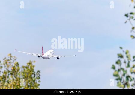 Piano Airbus A330 della Turkish Airlines è tenuto fuori da Madrid - Barajas, Adolfo SUAREZ aeroporto. Alberi sfocata. Foto Stock