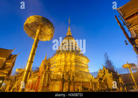 Wat Phra That Doi Suthep di notte, Chiang Mai, Thailandia (tempio pubblico nessun biglietto) Foto Stock