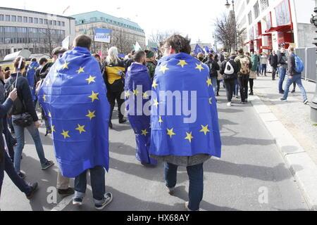 """Berlino, Germania. 25 Mar, 2017. Oggi migliaia di persone sfilano per il 'Marco per l'Europa"""" del luogo Bebel alla Foto Stock"""