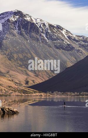 Un lone paddlebaorder o0n la flatcalm acque di Wasdale Foto Stock