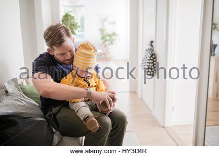 La Svezia, Padre seduto e spogliarsi figlio (12-17 mesi) Foto Stock