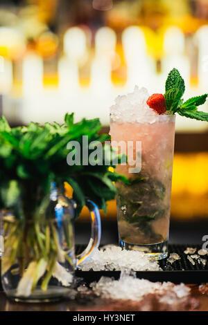 Bicchiere di fresco Lampone Mojito al bar Foto Stock