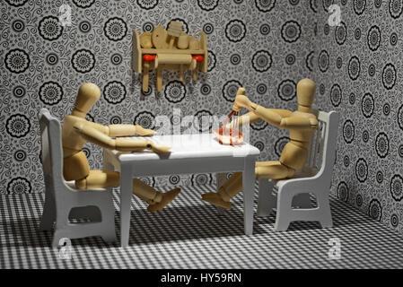 La vita delle figure in legno - Cucina e panificazione in famiglia. Vivere in Famiglia, vita quotidiana. Foto Stock