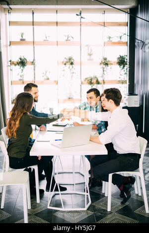 Gruppo creativo del designer mettendo le mani insieme. Foto Stock