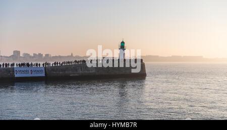 LES SABLES D'olonne, Francia - Gennaio, 20, 2017 : gli spettatori in attesa lo skipper Alex Thomson per il secondo Foto Stock
