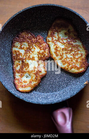 Frittelle di patate in padella Foto Stock