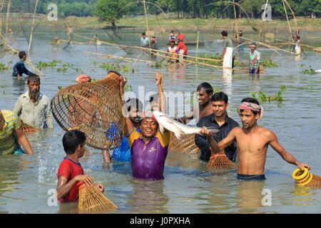 Le celebrazioni sono su dopo la cattura di un grande pesce come centinaia di persone hanno preso parte a 'Palo Bawa', Foto Stock