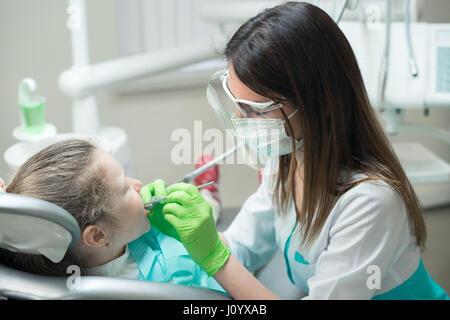 Dentista il trattamento di bambino i denti Foto Stock