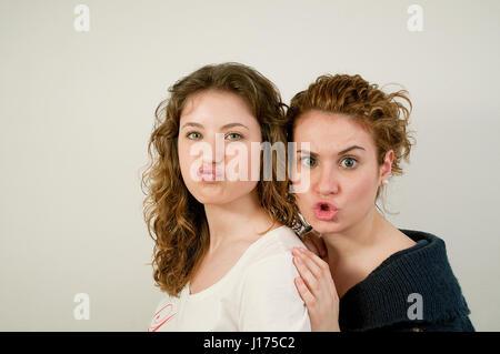 Due giovani donne compiendo gesti. Foto Stock