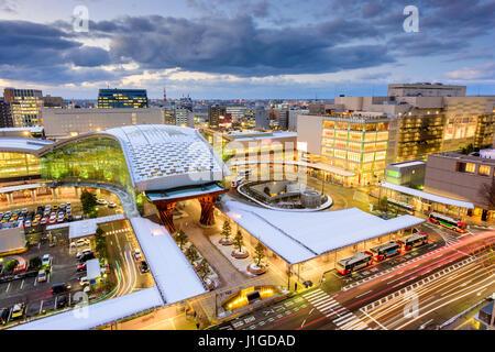 """Kanazawa, Giappone downtown skyline della citta'. (Testo su strada legge, """"corsia degli autobus') Foto Stock"""
