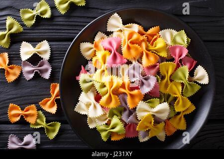 Materie italiano farfalle multicolori pasta close-up sul tavolo. vista orizzontale dal di sopra Foto Stock