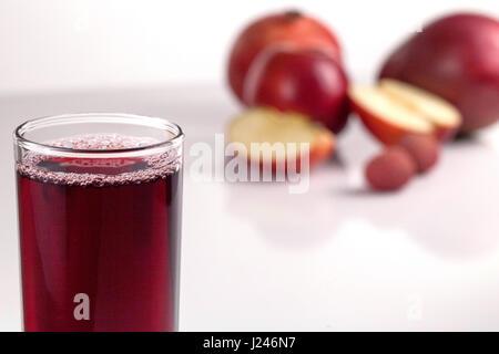 Bicchiere di succo di frutta su sfondo bianco. Vista frontale Foto Stock