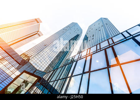 Basso ampio angolo di vista dei grattacieli moderni nel quartiere degli affari nel bel golden luce della sera al Foto Stock